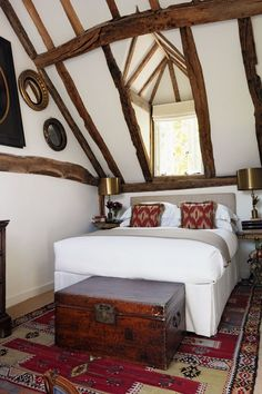 The beams in the main bedroom, as in the rest of the barn, were bleached to create a lighter effect