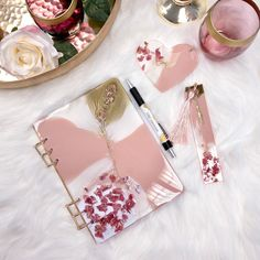 English ⏬ *Werbung* Oh wie ich dieses Pastellrosa liebe 😍 Es ist für mich die perfekte Frühlingsfarbe 🌸 Notizbuch mit Resincover und Lesezeichen sowie das passende Resinherz, mit Liebe handgemacht 💓jetzt in meinem Onlineshop verfügbar 👉 www.starke-impressionen.de (Link im Profil) *Advertising* Oh how I love this pastel pink 😍 It is the perfect spring color for me 🌸 Notebook with resin cover and bookmark and the matching resin heart, handmade with love 💓 now available in my online shop…