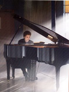 Edward Cullen at the piano Twilight Edward, Twilight Film, Twilight 2008, Twilight Quotes, Twilight Cast, Twilight Pictures, Edward Cullen, Robert Pattinson Twilight, Robert Douglas