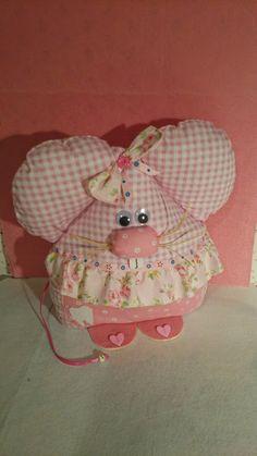 Ratoncita guarda dientes en tonos rosa, realizada con telas de algodón con diferentes texturas y estampados Felt Animals, Animals And Pets, Felt Crafts, Diy And Crafts, How To Make Box, Baby Nest, Kits For Kids, Loom Knitting, Pin Cushions
