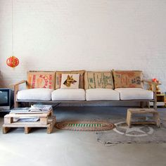 DIY Pallet Couch - Attractive Addition for Living Room - Pallet Furniture Diy Pallet Couch, Diy Couch, Couch Cushions, Pallet Bench, Pallet Furniture Plans, Diy Furniture, Building Furniture, Rustic Furniture, Bedroom Furniture