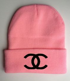 Chanel pink beanie ☮k☮ Beanie Outfit, Cc Beanie, Beanie Hats, Cute Beanies, Pink Beanies, Cute Hats, Accesorios Casual, Everything Pink, Coco Chanel