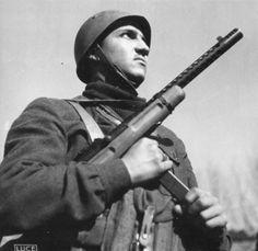 Marò du btg. Barbarigo de la Xa MAS armé du un MAB mod.38A. Pin by Paolo Marzioli