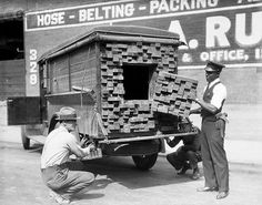 History in Pictures A federal agent inspects a 'lumber' truck after smelling alcohol during the prohibition period - Los Angeles - 1926 Old Pictures, Old Photos, Vintage Pictures, Random Pictures, Rare Photos, Retro Images, La Prohibition, Broken Bottle, Rare Historical Photos