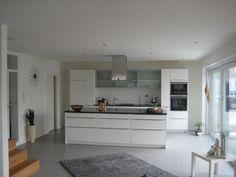 Weiße Küche, grauer Boden