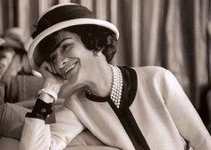 Coco Chanel, diseñadora francesa que revolucionó la moda de los años de entreguerras, creando una línea  sencilla y comoda; usando materiales  simples, con el objetivo de aligerar la ropa, eliminó corsés y forros. Para contribuír a dar una mayor libertad de movimiento al cuerpo, como expresión de las aspiraciones de la mujer del siglo XX. Unl símbolo de la mujer moderna, activa y liberada