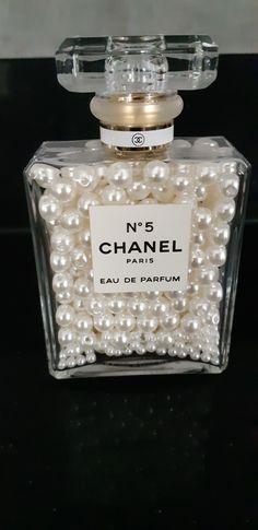 Celebrity Bedrooms, Chanel Flower, Chanel Decor, Bedroom Decor For Teen Girls, Antique Perfume Bottles, Glam Room, Rustic Shabby Chic, Vintage Vanity, Home Decor Trends