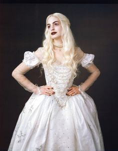 Anne Hathaway as the White Queen in 2010 film Alice in Wonderland Alice In Wonderland Makeup, Alice In Wonderland Aesthetic, Alice In Wonderland Characters, Wonderland Costumes, Anne Hathaway, White Queen Costume, Queen Alice, Colleen Atwood, Queen Dress