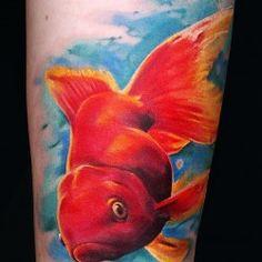 татуировка красной рыбки в воде