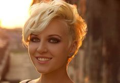 Having short hair may seem tough to style for a wedding, but you need not worry. Here are 31 cute bridesmaid hairstyles for short hair, we know you're gonna love. Short Messy Haircuts, Thin Hair Haircuts, Cool Haircuts, Short Bob Hairstyles, Woman Hairstyles, Hairstyles Videos, Hairdos, Thin Curly Hair, Thin Hair Cuts