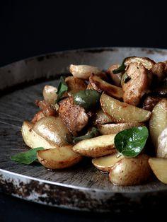 Salsiccia e patate con origano fresco-Sausage and potatoes with fresh oregano