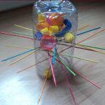 Activité bricolage - Fabriquez le jeu S.O.S ouistiti avec des bouchons et une bouteille.