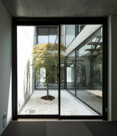 Japanese courtyard house by Apollo Architects & Associates Terrasse Design, Courtyard Design, Courtyard House, Modern Courtyard, Modern Japanese Architecture, Japanese Buildings, Architecture Design, Modern Japanese Interior, Pavilion Architecture