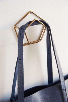 Настенная вешалка для одежды в прихожую: материалы, конструкции, дизайн http://happymodern.ru/nastennaya-veshalka-dlya-odezhdy-v-prixozhuyu-materialy-konstrukcii-dizajn/ Настенная вешалка гармонично смотрятся в интерьере, добавляя изысканности вашей прихожей