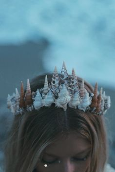 Sandy Shores Meerjungfrau-Tiara - I wanna be. Mermaid Tiara, Mermaid Jewelry, Mermaid Headpiece, Mermaid Hair Accessories, Mermaid Shell, Mermaid Mermaid, Mermaid Pics, Mermaid Book, Tattoo Mermaid