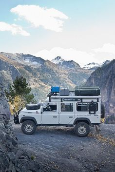 Land Rover Defender 110 an – Inspiration DE – Join the world of pin Cruisers, Vw Camping, Camping Swag, Land Rover Camping, Motorcycle Camping, Glamping, Minibus, Hors Route, Toyota