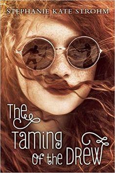 """Reseña: The Taming of the Drew (Stephanie Kate Strohm)   Stephanie Kate Strohm  Goodreads     Cass McKay ha sido llamada terca temperamental dificil y esa palabra que rima con """"pera"""" más de las que puede contar. Pero por fin podrá desquitarse. Ella acaba de obtener el papel para el nació para interpretar: Kate de """"La Fierecilla Domada"""" en el campamento para jovenes actores de una prestigiosa compañia teatral en los bosques de Vermont. Pero Cass puede apenas ponerse el corset cuando los…"""