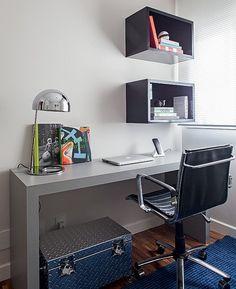 A parede do home office, que também é quarto de hóspedes, recebeu nichos modulares que deixam tudo à mão. Projeto das arquitetas Andrea Lucchesi e Carolina Razuk