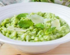 Fresh garden peas are a wonderful Spring treat, one of the first vegetables to arrive and the first to leave. This risotto recipe provides creamy comfort alongside the freshness mint and the sweetness of the final pea harvest. Healthy Diet Recipes, Vegan Foods, Shabbat Dinner, Healthy Lunches For Kids, Pasta, Light Recipes, Going Vegan, Raw Vegan, Great Recipes