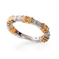 Aliança em ouro branco e amarelo com diamantes da MONTECRISTO JOALHERIA fotografada por Andre Jung.