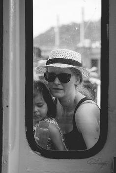 Mutter mit Kind auf einem Boot in Prag.