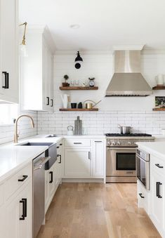 Home Remodeling Modern Modern Farmhouse Kitchen with Shiplap Half Wall - Lots of great modern farmhouse style shiplap ideas to inspire you! Modern Farmhouse Kitchens, Modern Farmhouse Style, Rustic Kitchen, Country Kitchen, Cool Kitchens, Brass Kitchen, Teal Kitchen, Kitchen Modern, Home Decor Kitchen