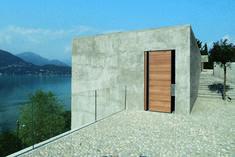 Die Hauptfassade auf dem Steilhang über dem See in Ranzo lässt sich bei diesem Haus nur vom anderen Ufer aus studieren | Wespi de Meuron Architekten