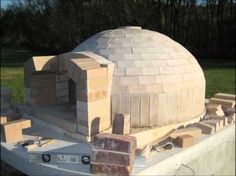 Building a Brick Oven With a Perfect Insulation : Build An Italian Brick Oven. Build an italian brick oven. Build A Pizza Oven, Pizza Oven Kits, Diy Pizza Oven, Pizza Oven Outdoor, Pizza Ovens, Barbecue Four A Pizza, Pizza Oven Fireplace, Fire Pit Pizza, Bricks Pizza