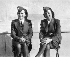 Año 1941.- Retrato de dos auxiliares de aviación del Ejército alemán, madrinas de guerra de soldados españoles de la División Azul. EFE/Archivo Alfredo Calvo.