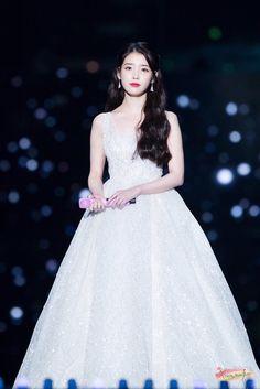 IU's Stylist Gets Praised For Choosing Wonderful Outfits For The Singer Looks Chic, Looks Style, Iu Fashion, Korean Fashion, Korean Celebrities, Celebs, K Pop, Korean Actresses, Korean Beauty