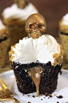 Halloween Cupcake Ideas for a Scary-Cute Dessert Table Caramel Stuffed Chocolate Cupcakes with Caramel Skulls Essen Halloween Party, Bolo Halloween, Postres Halloween, Recetas Halloween, Halloween Cupcakes Easy, Dessert Halloween, Halloween Party Snacks, Halloween Baking, Halloween Food For Party