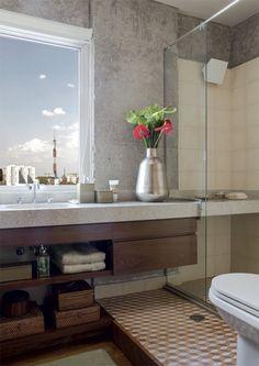 Por causa do espaço, a parede atrás da pia acomoda uma janela, e não um espelho. A característica acabou trazendo poesia para o banheiro, autoria de Gustavo Calazans.