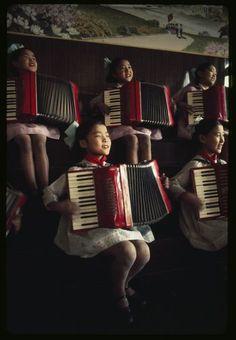 Alcune ragazze si esercitano alla fisarmonica al liceo An Hac di Pyongyang, in Corea del Nord, nel 1974. Perché la loro educazione fosse completa, ogni studente doveva padroneggiare uno strumento