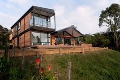 Box modular NZ - may be possible to get a good two story affordable house with rooftop deck Boxing Live, Big Windows, Eco Homes, Tiny Homes, Eco Friendly House, Affordable Housing, Modular Homes, Architecture Plan, Prefab