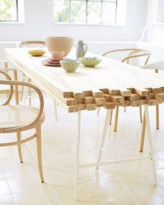 Esstisch selber bauen <b>Esstisch</b><br /> Ganz neue Tischsitten: Dieser originelle Esstisch aus Fichte besteht aus schlichten Kanthölzern aus dem Baumarkt. Die Anzahl richtet sich nach dem gewünschten Format. Für die oberste Schicht der Platte gleich lange Hölzer in der gewünschten Breite (z. B. 80 cm) nebeneinanderlegen. Die mittleren Leisten versetzt mit langen Holzschrauben verbinden, indem Sie jede Leiste an mindestens zwei Stellen durch bohren und sie an der nächsten festschrauben…
