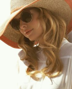 Floppy hat and round sun glasses