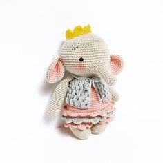 Ava, la pequeña princesa.... Patrón ➡️ @amalou.designs . .#crochet#ganchillo#croche#craft#crochetaddict#crocheting#häkeln#virka#bhooked#haken#elisi#crochetersofinstagram#crafter#sweet#craftastherapy#amigurumitoy#rajutan#uncinetto#home#amigurumitoy#madewithlove#cotton#crochetart#örgü#amigurumi#amigurumidoll#dropsfan