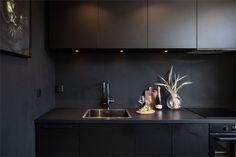 Design noir dans un appartement de 53m2 - PLANETE DECO a homes world Home Design, Modern Design, Interior Design, Open Concept Home, Cuisines Design, Simple Style, Design Trends, Kitchen Remodel, Kitchen Design