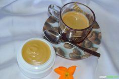 Koffein belebt nicht nur die Sinne, auch auf deine Haut wirkt es erfrischend. Mit diesem Rezept kannst du eine natürliche Gesichtscreme mit Kaffee ganz einfach selber machen.