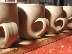 forms: I really like that this handle isn't the traditional arc, it has an indent in the cup creating an illusion --which inspires me to do something different like this. Slab Pottery, Pottery Mugs, Ceramic Pottery, Ceramic Techniques, Pottery Techniques, Pottery Painting Designs, Pottery Designs, Ceramic Cups, Ceramic Art