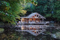C'est dans un cadre enchanteur que vous découvrirez cette petite merveille. Une cabane au bord d'un étang, dans un petit coin de Paradis situé à deux pas de Bruxelles. Vous voilà à la Cabane de Poupette, un endroit ultra romantique où aller passer la nuit avec son amoureux/euse. Située dans un domaine privé, cette cabane en …