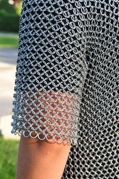 How to Make a Chainmail Shirt: One must be well protected to read this series, but you best start now, this how-to project is going to take a long while! Chainmail Shirt, Chainmail Armor, Cosplay Tutorial, Cosplay Diy, Cosplay Armor, Chainmail Patterns, Armadura Medieval, Pop Tabs, Renaissance Costume