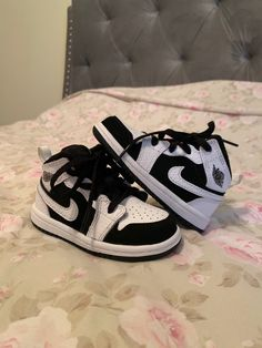 Size no box, and unworn mid white/black/white Cute Baby Shoes, Baby Boy Shoes, Cute Baby Clothes, Toddler Shoes, Kid Shoes, Baby Boy Outfits, Baby Jordan Outfits, Baby Boy Clothes Nike, Baby Nike