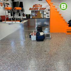 Un plancher qui fit avec l'univers de KTM Racing Shop? 🤩 Oui c'est possible, voyez le résultat! Commercial, Oui, Racing, 18th, Shopping, Floor, Business, Universe, Running