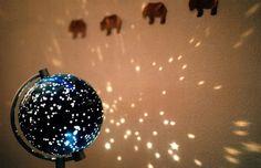 DIY globus lampe. En globus er vakker i seg selv. Ikke minst med lys i. Men dette er enda vakrere, synes jeg. Det finnes mange utdaterte globuser rundt på markeder osv. Du trenger ikke sprette opp en med korrekte landegrenser og navn. Faksimile fra