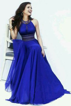 Vestido largo, color azul, cuello halter con pedrería