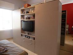 En un cuarto amplio generamos un vestidor con mueble exento, de doble frente multifunción