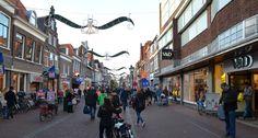 VESTIGINGSPLAATS: dit is de bekendste winkel straat van hoorn. hier zie je vestigingsplaats van somige winkels.