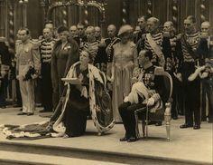 Koningin Juliana en Prins Bernhard op het podium van de Nieuwe Kerk tijdens de inhuldiging op 6 september 1948. Omringd door de leden van haar hofhouding spreekt de Koningin haar rede uit. © Koninklijk Huisarchief, fotograaf onbekend