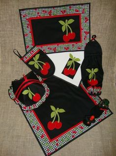 Kit de cozinha (121) - cerejas ✂ ✂ ✂ ✂ ✂ ✂ Quilting Projects, Sewing Projects, Bed Cover Design, Sewing To Sell, Place Mats Quilted, Table Runner And Placemats, Flower Quilts, Mug Rugs, Hot Pads